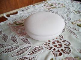 lencseformájú fehér kerámia bonbonier